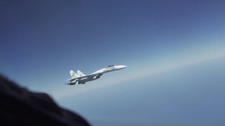 """شاهد.. مقاتلة روسية تعترض بشكل """"غير آمن"""" قاذفة قنابل أمريكية"""