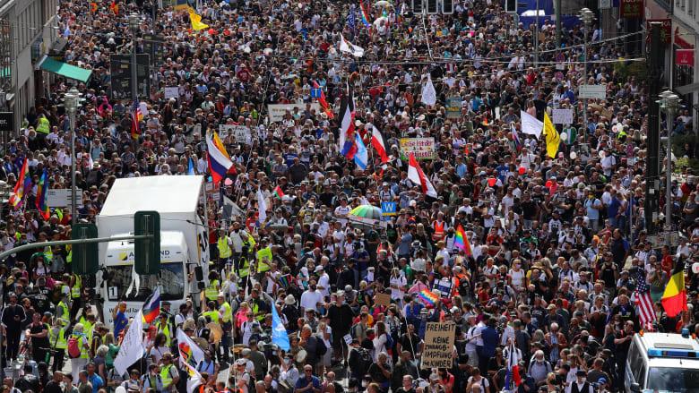 الآلاف يتظاهرون في برلين ضد رد فعل الحكومة الألمانية على فيروس كورونا