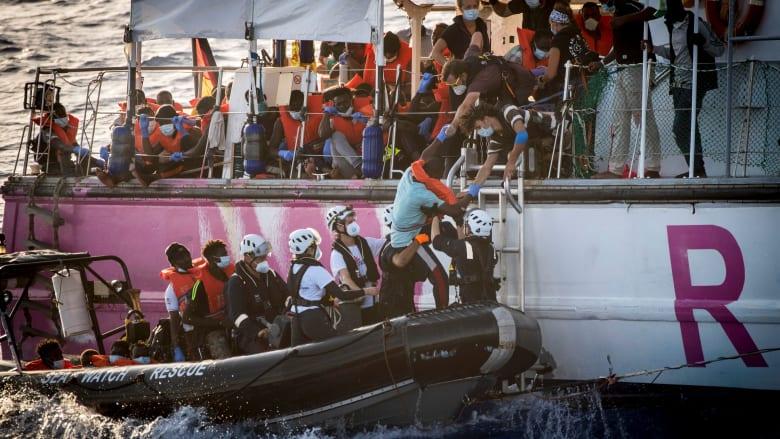 قارب إنقاذ بتمويل من بانكسي يطلب المساعدة في وسط البحر بعد اكتظاظه بالمهاجرين