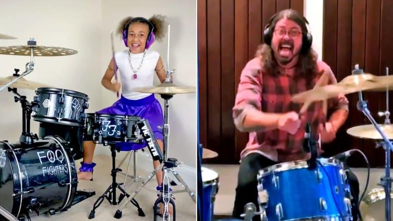طفلة تتحدى أسطورة موسيقى الروك ديف غرول في معركة قرع طبول ملحمية