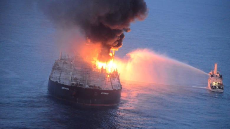 جهود مكافحة حريق هائل في ناقلة نفط في عرض البحر أمام سواحل سريلانكا