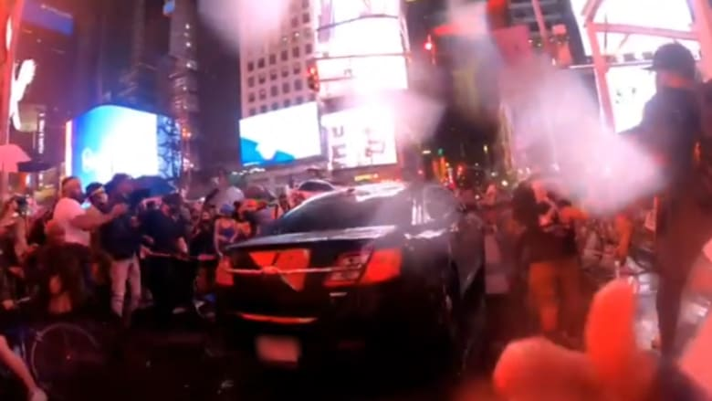 شاهد سيارة تقتحم حشود المتظاهرين في ساحة تايمز سكوير في نيويورك
