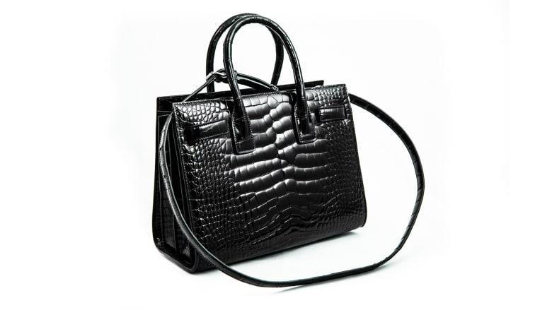 مسؤولو الجمارك الأسترالية يدمرون حقيبة يد مصنوعة من جلد التمساح قيمتها 19 ألف دولار