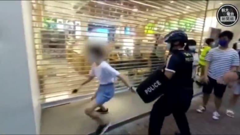 شاهد.. شرطة هونغ كونغ تضبط طفلة عمرها 12 عاماً