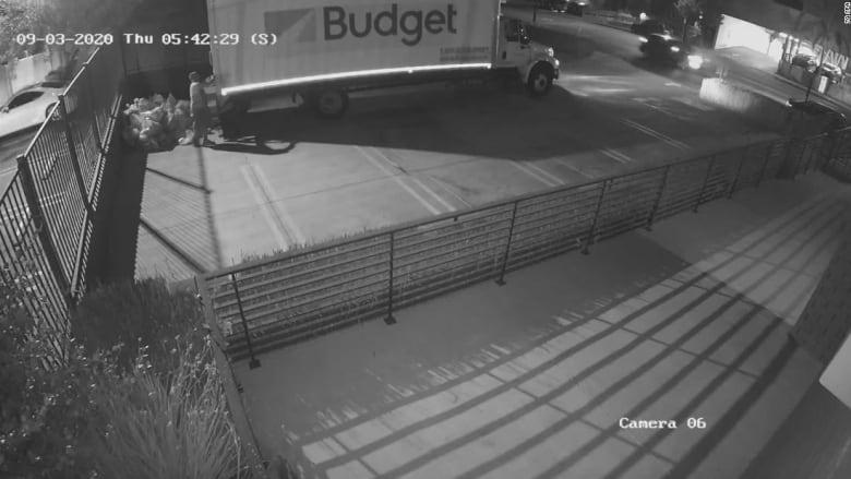 كاميرا مراقبة ترصد ليلاً رجل بريد يرمي عشرات الطرود