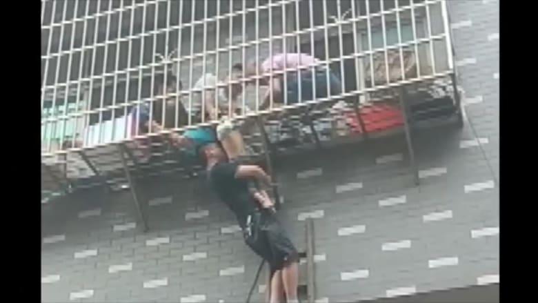 لحظة إنقاذ طفلة عمرها 3 سنوات علق رأسها بحواجز نافذة