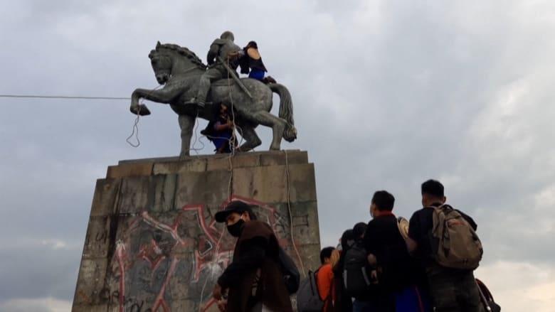 شاهد.. السكان الأصليون في كولومبيا يسقطون تمثال الفاتح الإسباني للبلاد