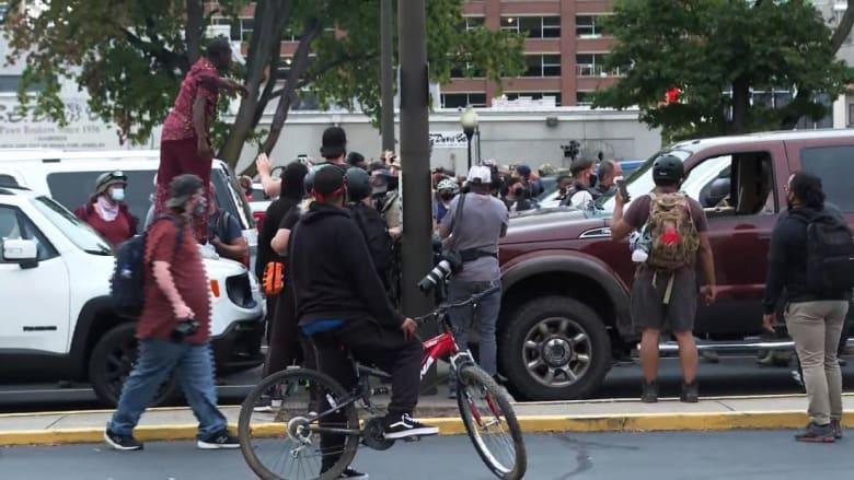 اشتباك بين حراس مسلحين ومتظاهرين بأمريكا.. ومحلل لـCNN: وصفة لكارثة