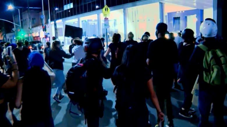 لحظة هروب شاحنة صدمت متظاهرًا خلال احتجاجات في لوس أنجلوس
