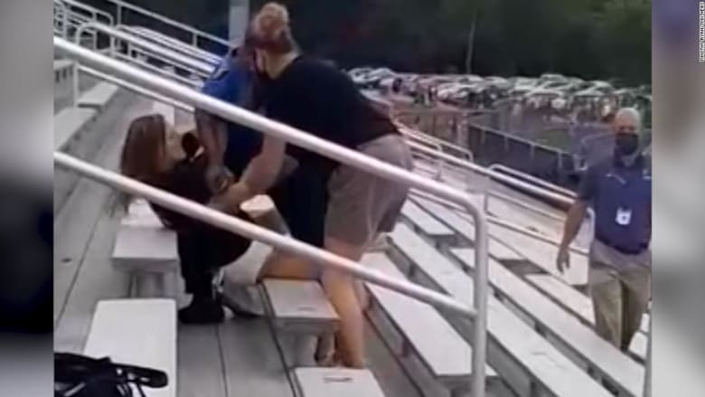 شاهد ما حدث لإمرأة رفضت ارتداء الكمامة أثناء مباراة كرة القدم