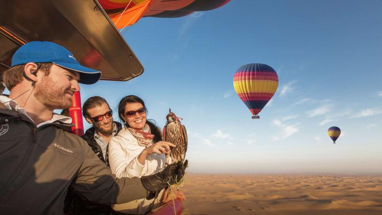جولة منطاد الهواء الساخن والتحليق مع الصقور في دبي