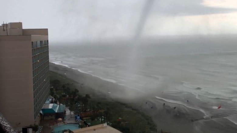 إعصار يتشكل فجأة في البحر ويدفع مرتادي شاطئ أمريكي شهير إلى التدافع هربا