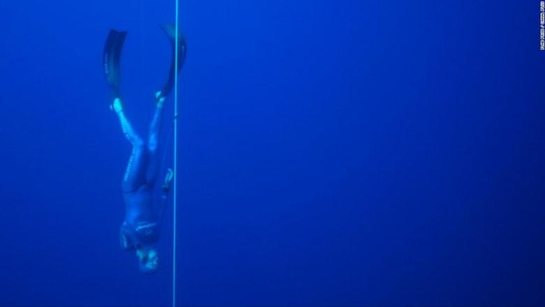 شاهد كيف حطم هذا الرجل الرقم القياسي بغوصه مسافة 112 مترا