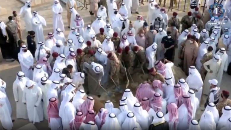 لحظة دفن الشيخ صباح وبكاء مذيع التلفزيون الكويتي