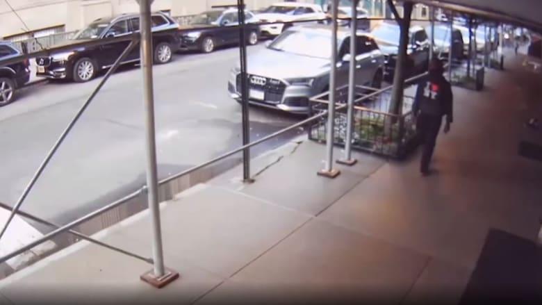 كاميرا مراقبة ترصد لحظة ضرب ممثل أمريكي في أحد شوارع نيويورك