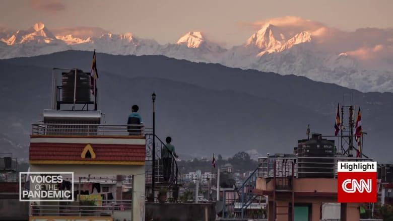 كاتبة علقت في نيبال تشهد مناظر نادرة لجبال الهيمالايا مع انخفاض التلوث