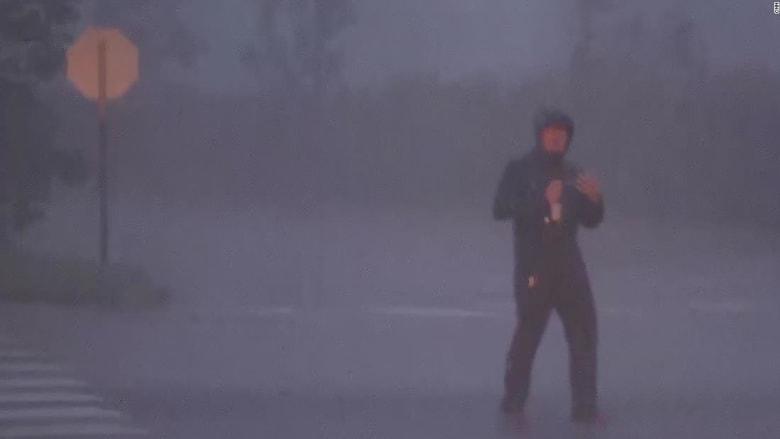 شاهد.. مراسل CNN يحاول الصمود أمام قوة الرياح خلال بث مباشر