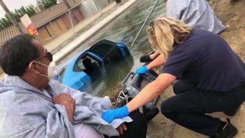 للمرة الثانية.. رجل ثمانيني ينقذ شابا من الغرق بسيارته