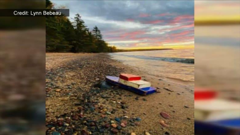 ثنائي يعثر على قارب خشبي يحمل رسالة غامضة من عام 1993.. ما هي؟