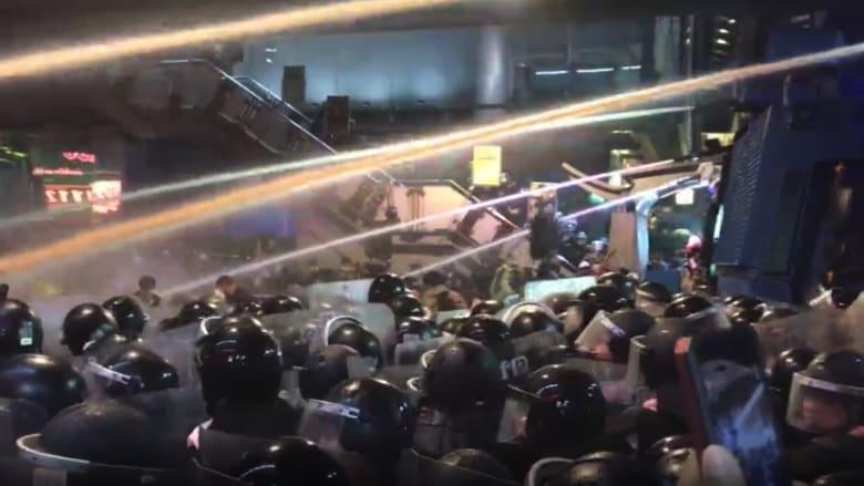 بعد وصفهم بالعبيد.. شرطة تايلاند ترش المتظاهرين بألوان لا تمحى