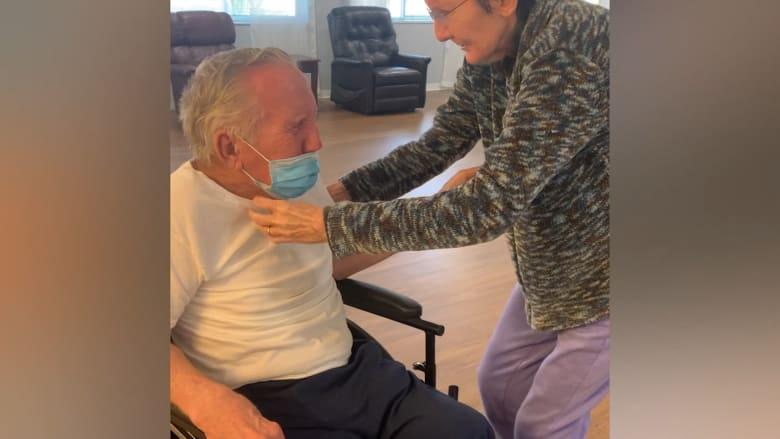متزوجان منذ 60 عاماً.. شاهد اجتماع مسنّين بعد افتراقهما أكثر من 200 يوم بسبب كورونا