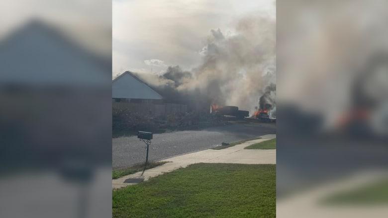 تحطم طائرة تابعة للبحرية الأمريكية على منزل.. شاهد آثار الحادث