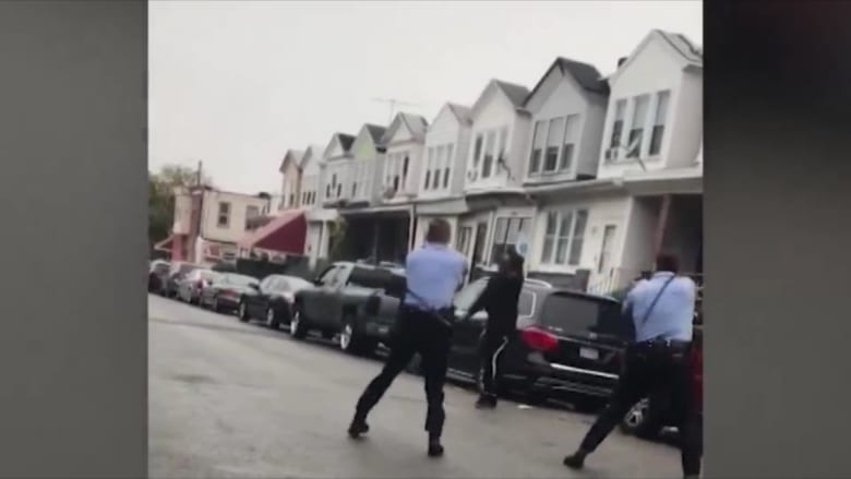 لحظة إطلاق الشرطة النار على رجل أسود يحمل سكينا في فيلاديلفيا