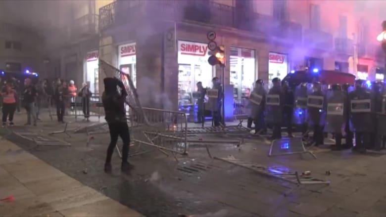 بعد قيود جديدة.. اشتباكات عنيفة في إسبانيا بين الشعب والشرطة