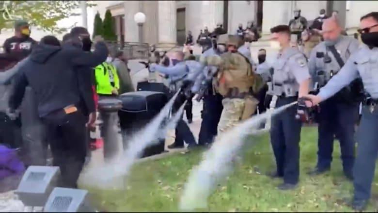 الشرطة الأمريكية تستخدم رذاذ الفلفل لتفريق مسيرة في نورث كارولينا