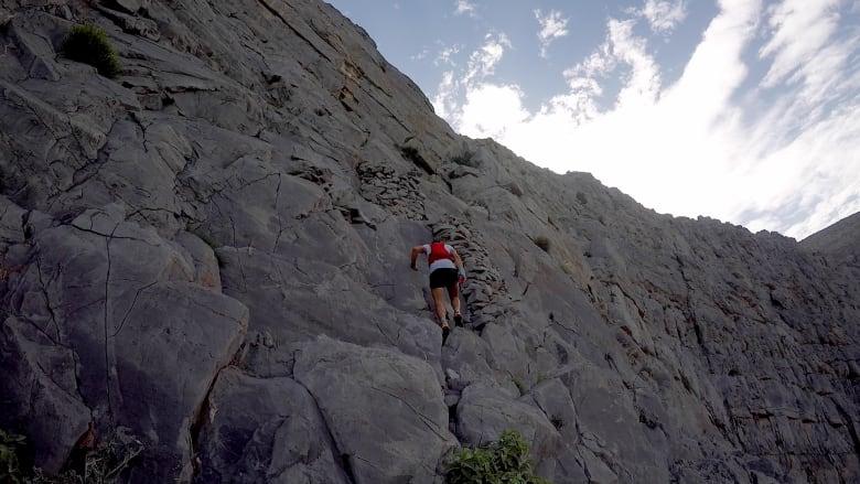"""طريق """"السلالم إلى الجنة"""" في جبل جيس، رأس الخيمة، الإمارات"""
