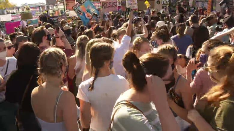 شاهد.. لحظة تفاعل الناس مع إعلان فوز جو بايدن في شوارع شيكاغو ونيويورك