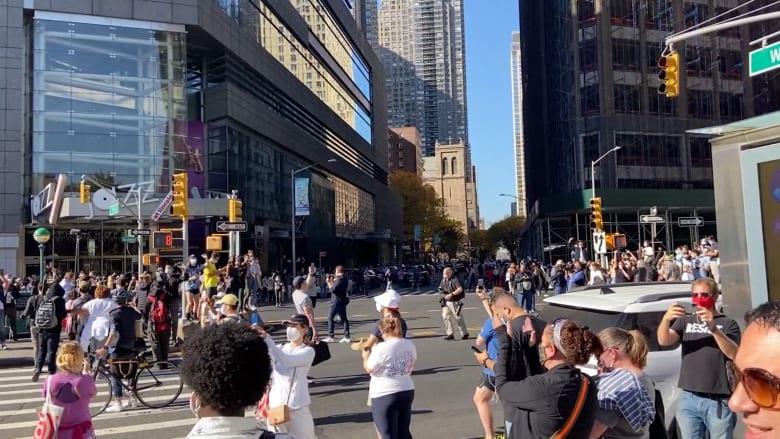 """فرحة في نيويورك وحشود تهتف """"اخرج يا ترامب"""""""