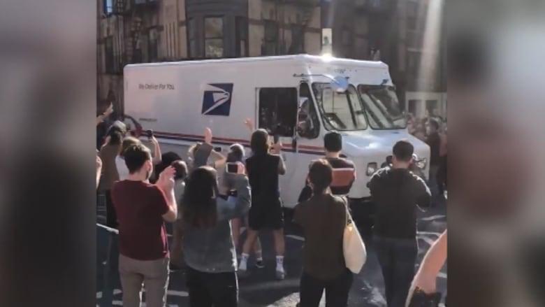 احتفاء أبطال.. أمريكيون يتوقفون لشكر عمال البريد بعد فوز جو بايدن