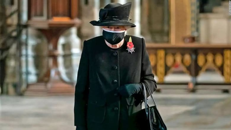 ملكة بريطانيا ترتدي الكمامة لأول مرة خلال احتفال عام