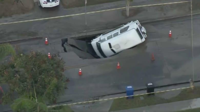 شاهد لحظة انهيار طريق وابتلاعه شاحنة