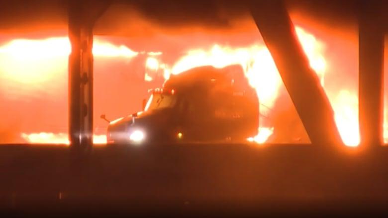 شاهد.. لحظات انفجار شاحنة محملة بمواد كيميائية بعد اصطدامها بأخرى