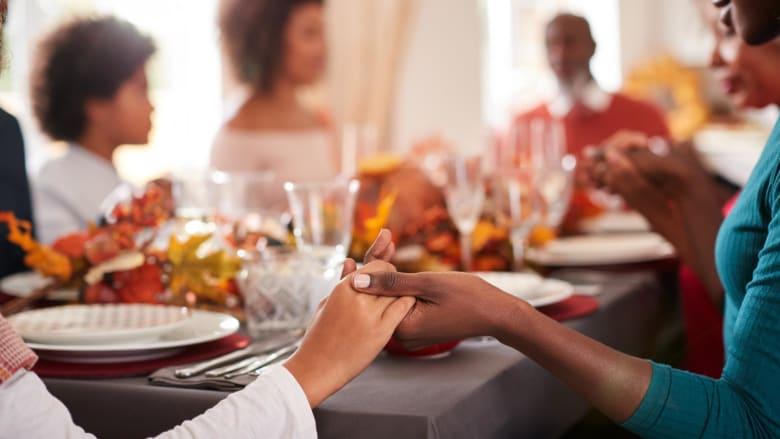 إليكم كيفية تناول وجبات طعام مع العائلة والأصدقاء بأمان خلال جائحة فيروس كورونا؟