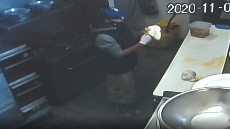 كاميرا مراقبة ترصد تصرفا غريبا للص لحظة السطو على متجر بيتزا
