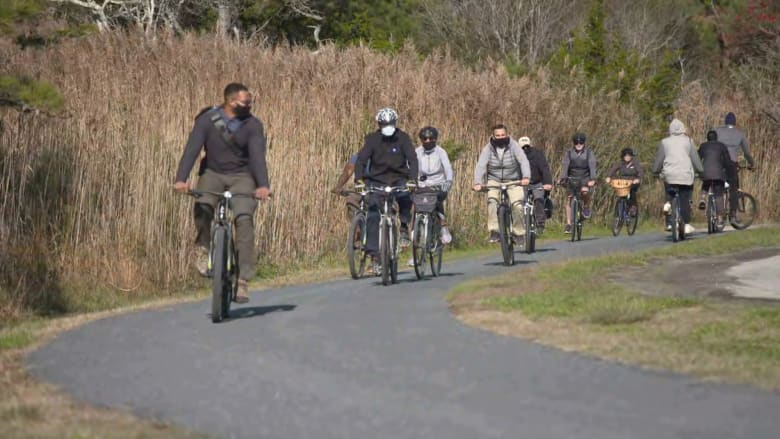بايدن يقود دراجته الهوائية في جولة بدلاوير.. ويرد على سؤال بشأن حكومته