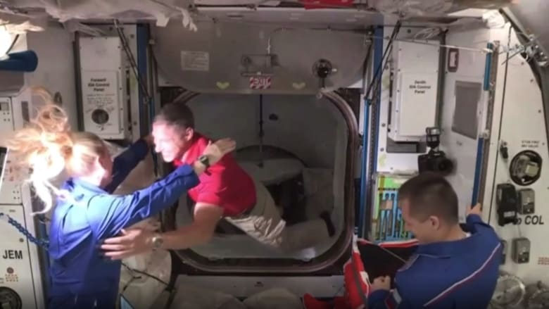 شاهد.. لحظة دخول زوار قادمين من الأرض إلى محطة الفضاء الدولية