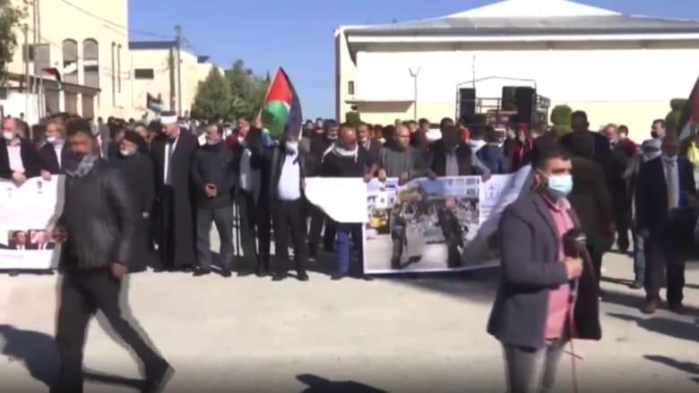 شاهد.. فلسطينيون يتظاهرون احتجاجاً على زيارة بومبيو مستوطنة إسرائيلية