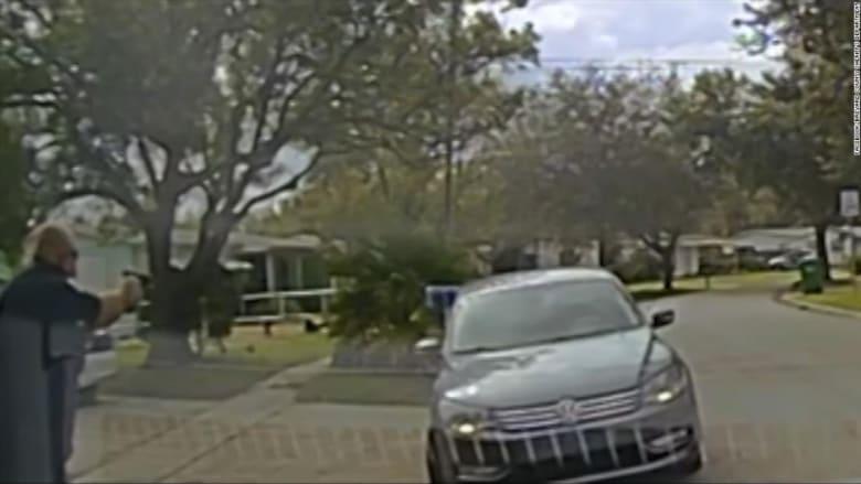 شاهد لحظة إطلاق شرطي النار وقتل مراهقين في سياراتهما