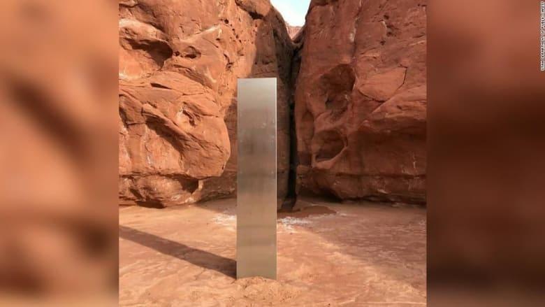 وكأنه من خارج الكوكب..اكتشف جسم معدني غامض في أعماق الصحراء بأمريكا