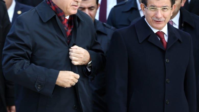 صورة أرشيفية لأحمد داوود أوغلو (يمين) وأردوغان