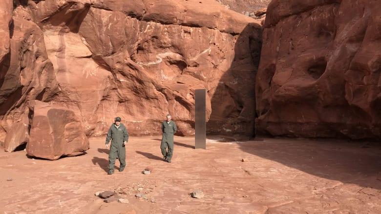 اكتشاف هيكل معدني غامض في أعماق الصحراء بأمريكا