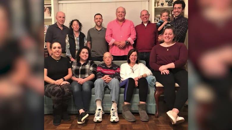 شبح كورونا يتسلل.. شاهد ما حدث لعائلة بعد احتفالهم بعيد الميلاد الـ99 لوالدهم