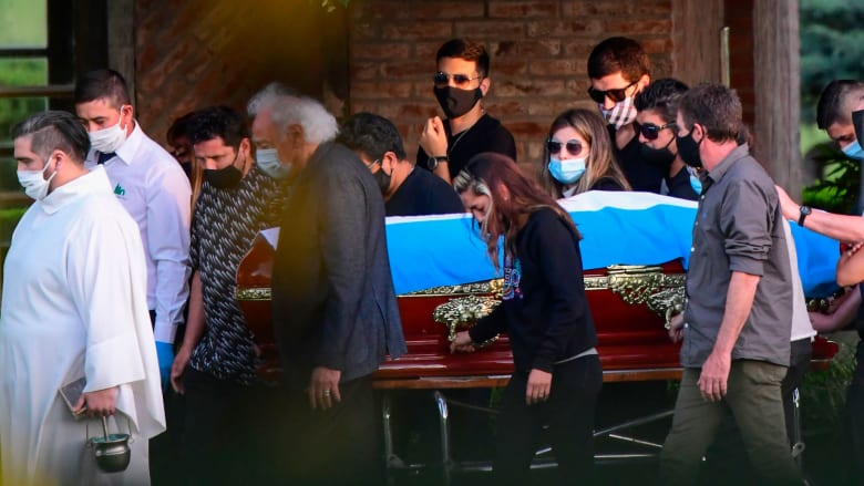 شاهد.. مراسم دفن جثمان دييغو مارادونا بجانب والديه في بوينس آيرس