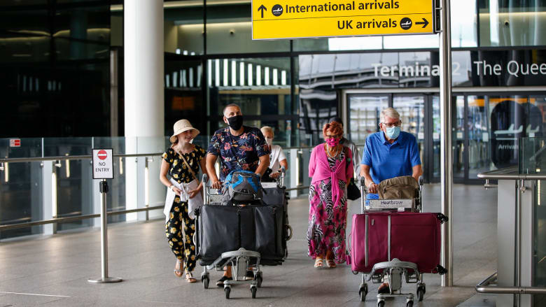 بدلا من 14 يوما.. إنجلترا تقلل فترة الحجر الصحي للمسافرين إلى 5 أيام