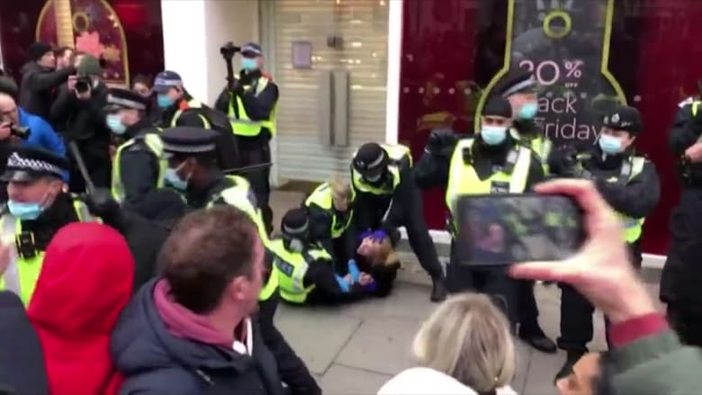 شاهد كيف احتج بريطانيون بعنف وسط لندن مع تجاهل قيود كورونا الجديدة