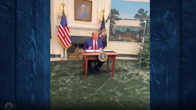 شاهد.. ضحك على الهواء بسبب مكتب ترامب الصغير وقدم بايدن المكسورة